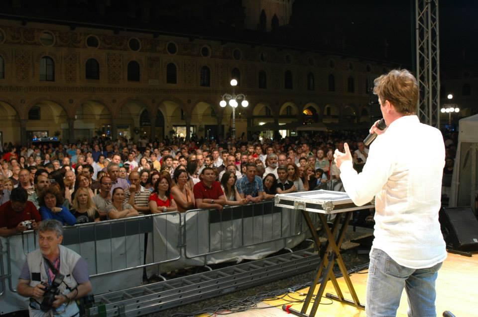 Marco Clerici canta in una Piazza Ducale gremita