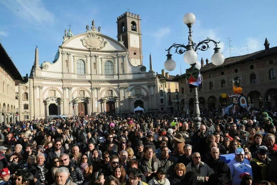 In migliaia per il Carnevale di Vigevano in Piazza Ducale presentato da Marco Clerici
