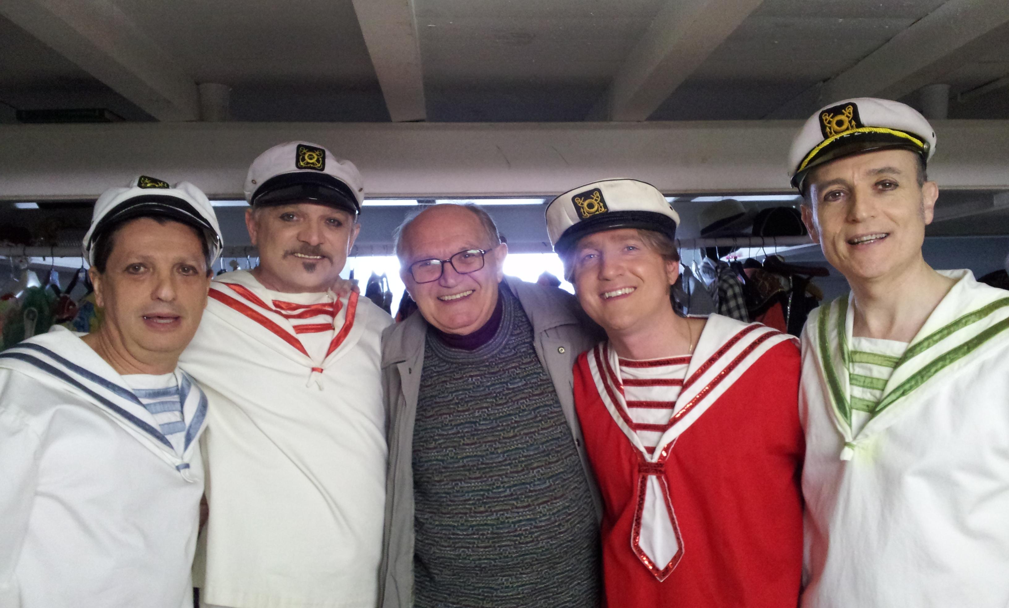 Marco Clerici ed il gruppo dei marinai ballerini con il regista Mario Lino