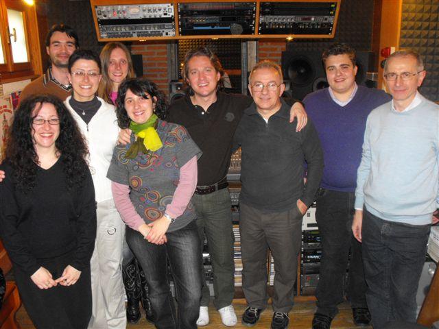Marco Clerici in studio di registrazione con i ragazzi dell\'associazione giovani Beato Padre Francesco Pianzola