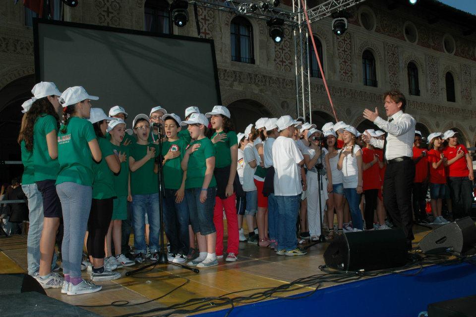 Marco Clerici dirige il coro di giovani voci per l'inno di Mameli