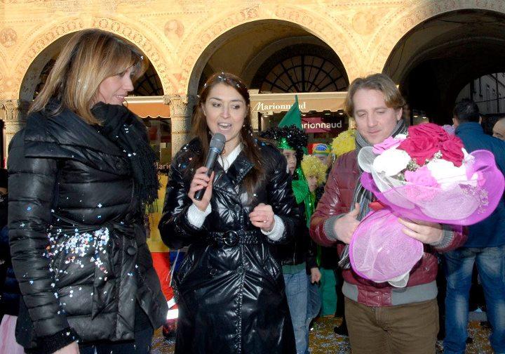 Patrizia Caregnato (Studio Aperto), Laura Piva e Marco Clerici in piazza Ducale per il Carnevale